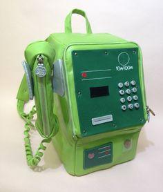 公衆電話をリュックサックにしたレザー作品「こうきゅうでんわ」がTwitterに投稿され、大きな反響を呼んでいる。「こうきゅうでんわ」は、街角でよく見かけた緑色の…(2018年04月12日 16時21分00秒)
