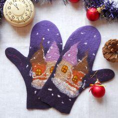 Модные войлочные варежки в подарок для женщин на тему новогодней сказки: старинные сказочные домики с теплыми светящимися окнами, с островерхими крышами заметает вьюга в синюю холодную зимнюю ночь. Прекрасный подарок Вашим любимым женщинам, чтобы не бояться ни вьюг, ни холодов: варежки сваляны из ме