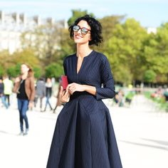 Parisian chic in navy blue with a pop of dress | For more style inspiration visit 40plusstyle.com