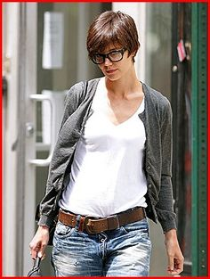 Katie Holmes has some great short haircuts in a variety of styles and all looks great. Katie Holmes made big headlines when her relationship with the much older Tom Cruise was made public and then the subsequent marriage as well. Haircuts With Bangs, Layered Haircuts, Cool Haircuts, Short Hairstyles For Women, Celebrity Hairstyles, Short Haircuts, Short Hair Long Bangs, Rihanna Short Hair, Short Hair Cuts For Women