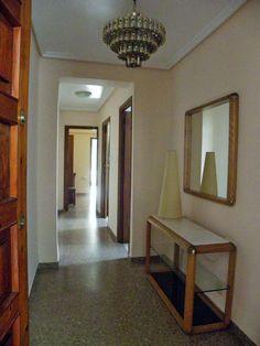Zaguán de acceso a la vivienda. Se puede apreciar tanto que es muy luminosa y amplia, así como su distribución interna.