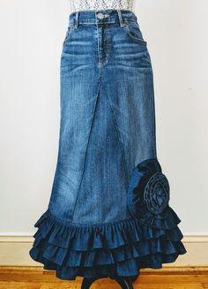Denim Skirt Outfits, Denim Flowers, Denim Ideas, Denim And Lace, Recycled Denim, Clothing Hacks, Looks Style, Ladies Dress Design, Denim Fashion