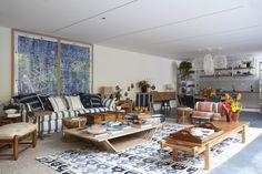 Sala de estar e, no fundo, a cozinha da casa de praia Decortiles, projeto de Marina Linhares, para a edição 2017 da Casa Cor de São Paulo. O azul tão presente convida para sentar e conversar.