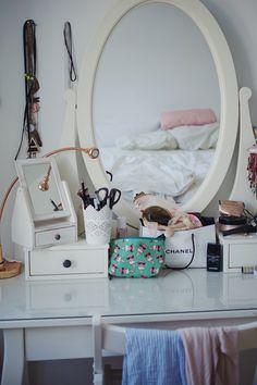 Lasst euch von der gesamten Homestory auf unserem Blog inspirieren! Aerial Hoop, Vanity, Mirror, Blog, Furniture, Home Decor, Small Den, Dance Routines, Fat