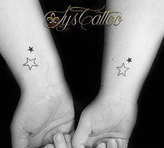 Tatouage avant bras, poignet femme, 2 tatouages identiques pour 2 soeurs, 2 étoiles, tatou minimaliste et discret, par Lys Tattoo à Gradignan proche de Bordeaux et Mérignac en Gironde