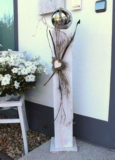 GS61 – Große Dekosäule aus neuem Holz für Innen und Aussen! Weiß gebeizt, dekoriert mit einer großen Edelstahlkugel, natürlichen Materialien, einem Graumoosherz und einem kleinem Holzherz! Preis 79,90€