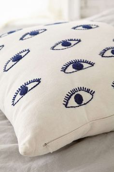 Cojín ojos. DIY-UrbanOutfitters.com: Awesome stuff for you & your space