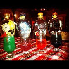 Las bebidas de izquierda a derecha: Erbo, tiene Pimiento morrón, jugo de naranja, licor de hierbas y reposado; Sotol Tea Shaken, Platinum y maracuyá; Sotol Cherry, con Plata y cereza; por último, Sotol Nero con sambuka, ¡Saludos!