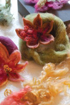 felted flowers Flower Crafts, Diy Flowers, Fabric Flowers, Felt Projects, Projects To Try, Felt Crafts, Diy Crafts, Felted Flowers, Fibre Art