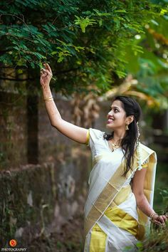 Cute Couples Photography, Kerala Wedding Photography, Girl Photography Poses, Hdr Photography, Beautiful Girl Photo, Beautiful Girl Indian, Beautiful Indian Actress, Beautiful Saree, Bridal Sarees South Indian