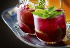 Bezalkoholický miešaný drink v sebe ukrýva veľa chuti. Chute mäty, citrónu a šťavy z grantového jablka.  RECEPT: http://ikuchar.sk/recept/mojito-z-granatoveho-jablka-bez-alkoholu/