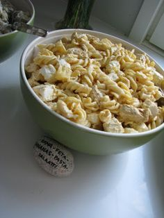 Puolialaston kokki: HELPPO KANA-FETA-ANANAS-PASTASALAATTI Food N, Good Food, Food And Drink, Finnish Recipes, Different Salads, Feta Pasta, Great Recipes, Salad Recipes, Macaroni And Cheese