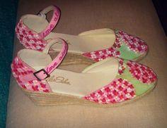 Detalle lateral de zapatos pintados a mano con acrílico. Love always win