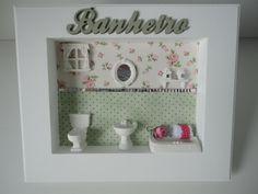 Quadro para banheiro, com fundo em tecido e peças em resina. R$ 79,00