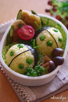 Ladybug onigiri bento Creative Kitchen, Creative Food, Cute Bento, Kawaii Bento, Cute Food, Good Food, Japanese Lunch Box, Japanese Food, Eat This