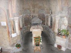 Poitiers, église Ste Radegonde, c'est dans la crypte de cette église que se trouve le tombeau de Radegonde, la fondatrice, au 6°s, du 1°monastère de la ville de Poitiers.- CLOTAIRE 1°. 2) BIOGRAPHIE.2.4: LES ANNEES 530. /2.4.2: LA PRINCESSE RADEGONDE, 14: Radegonde se retire alors dans un couvent, plutôt que de vivre aux côtés de Clotaire. Elle fonde à Poitiers l'abbaye Ste Croix, 1° monastère de femmes d'Europe. Elle est ensuite canonisée ste Radegonde.