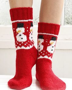 "Frosty Feet - Knitted DROPS socks with Christmas pattern in ""Karisma"". - Free pattern by DROPS Design Knitting Patterns Free, Knit Patterns, Free Knitting, Free Pattern, Christmas Knitting Patterns, Finger Knitting, Knitting Machine, Knitting Needles, Drops Design"