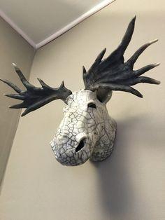 Deze caribou aarden gemaakt met een raku stoken. Het klampt zich vast aan de muur als een trofee Het weegt 4 kg 400 en het 30 cm en 56 cm breed. De raku stoken is een Japanse voorouderlijke methode, namelijk het veroorzaken van thermische schokken tijdens het koken. Alle elementen worden Sculptures Céramiques, Sculpture Clay, Ceramic Animals, Clay Animals, Kintsugi, Ceramic Mask, Font Art, Raku Pottery, Animal Heads