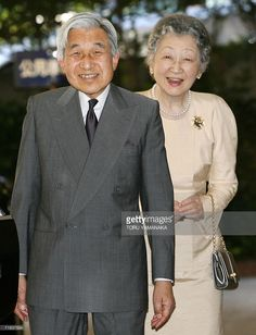 Japanese Emperor Akihito (L) and Empress Michiko (R) smile at journalists as they leave Aiiku Hospital after seeing Princess Kiko and her newly-born baby boy in Tokyo, 10 September 2006. Princess Kiko 06 September gave birth to the royal family's first boy in more than 40 years, easing a succession crisis and silencing calls to let a woman lead the world's oldest monarchy. AFP PHOTO/Toru YAMANAKA