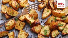 Oven roasted potatoes loaded with garlic and herbs, then turn out crispy and delicious. Easy garlic roasted potatoes recipe for the holidays Parmesan Crusted Potatoes, Herb Roasted Potatoes, Roasted Garlic, Crispy Potatoes, Halloumi Burger, Beyond Diet, How To Cook Potatoes, Oven Roast, Mets