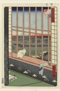 Een kat kijkt vanaf de vensterbank uit over de rijstvelden waar een stoet mensen op weg is naar een tempel. Aan de horizon is de berg Fuji zichtbaar.    Hiroshige