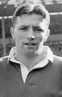 Roger Byrne - Manchester United (Lost his life in the Munich Air Disaster on… I Love Manchester, Manchester United Legends, School Football, Football Soccer, Munich Air Disaster, Sharon Jones, Der Club, Bobby Charlton, Bristol Rovers