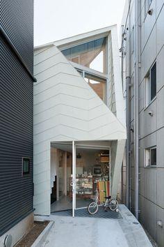 Le cabinet d'architecture japonais Flathouse signe la création de cette petite maison à Tokyo, comportant en son entrée une petite boutique de biscuits de 26m2 et une une maison divisée en sept niv...