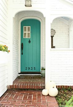 I'm looking for a new front door color. 30 Front Door Colors with tips for choosing the right one Front Door Paint Colors, Painted Front Doors, Unique Front Doors, Home Design, Eclectic Design, Shabby Chic Decor, Windows And Doors, House Colors, Apartment Therapy