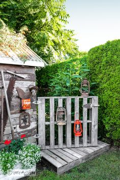 Instant pallet wood gate and boardwalk / 8 unique OUTDOOR projects from reclaimed wood / by Funky Junk Interiors Garden Junk, Garden Gates, Garden Sheds, Garden Whimsy, Diy Pallet Projects, Outdoor Projects, Woodworking Projects, Pallet Ideas, Wood Projects