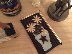 Hola chicas,   La semana pasada, en el curso que di en Esther Patchwork , algunas de las chicas me enseñaron una cartera que habían hecho p...