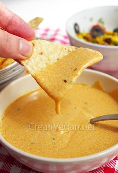 Queso vegano al ajo y cebollino para untar + queso firme (normal, curado o al pimentón) + salsa de queso para acompañar nachos y snacks. #Receta #vegana fácil.
