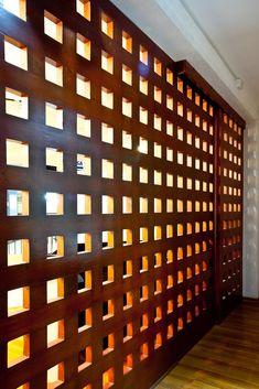 Una propuesta en madera y semi-traslúcida como separador de ambientes. Room Deviders, Creating An Entryway, Diy Garage Storage, Wall Cladding, Exterior Doors, Office Interiors, Windows And Doors, Facade, New Homes