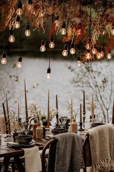 Varal de lâmpadas | Casamento iluminado é casamento ainda mais bonito e feliz! As luzinhas são tendência na decoração e aparecem em vários estilos de festa. Você gosta da ideia? Aproveite para se inspirar! Aqui, mesa comunitária ao ar livre decorada com varal de lâmpadas. #wedding #casamento #weddingdecor #decoracaodecasamento #lights #varaldelampadas #modernwedding #tablescapes #mesaposta Cozy Wedding, Autumn Wedding, Wedding Tips, Wedding Table, Wedding Details, Rustic Wedding, Wedding Planning, Wedding Posing, 1920s Wedding
