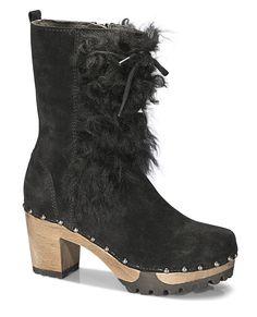 ORNELLA Bailey/Longsheep Schwarz Stiefel - Eine spannende Mischung aus Clog und Fell, lediglich gebändigt durch die dezente Schnürung.  Die Streetstyle Szene liebt den Stilbruch und trägt den Look zu romantischen Blümchen-Kleidern im Boho Stil. Wir nehmen gerne Skinny Jeans und einen kuschligen Oversize Pulli. #softclox #soft #clogs #munich #winter #shoes #wintershoes #ORNELLABaileyLongsheep #black #veloursleather #woddensole #sheepwool
