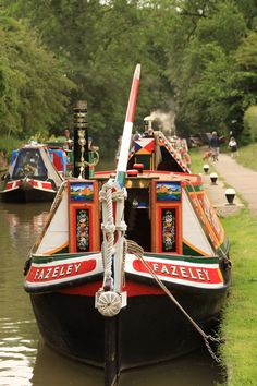 England Travel Inspiration - Like floating gypsy wagons - Traditional canal boat close to the Canal Museum at Stoke Bruerne, near where I live! Canal Boat Art, Canal Barge, Dutch Barge, Trains, Boat Interior, Boat Painting, Gypsy Wagon, Floating House, Narrowboat