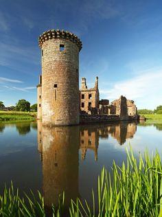 Caerlaverock Castle in Scotland, UK Scotland Places To Visit, Places To See, Beautiful Castles, Beautiful Places, Scotland Travel, Scotland Uk, Inveraray Castle, Scottish Castles, Queen