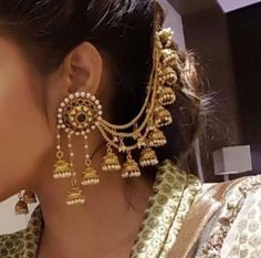 If you want to be a unique bride that looks gorgeous on your wedding day, search for the bridal jewelry that will compliment your attire. Indian Jewelry Earrings, Jewelry Design Earrings, India Jewelry, Ethnic Jewelry, Gold Jewelry, Tikka Jewelry, Antique Jewellery Designs, Indian Jewellery Design, Designer Jewellery