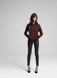 DJEDAI Sweat-shirt à carreaux avec capuche et poches / Tartan hoodie with pockets DAFT Pantalon slim en cuir stretch / Stretch leather slim trousers DIRK Escarpins en cuir / Leather pumps