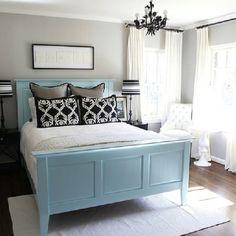 La cama, la ventana, la silla, la lampara.  ⬇️⬇️ La habitación es espacioso.