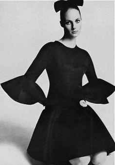 Suzy Smith wearing Balenciaga photo Tony Kent for Vogue Paris 1968 Vintage Vogue, Vintage Glamour, Vintage Style, Balenciaga Vintage, Balenciaga Dress, 60s And 70s Fashion, Simply Fashion, Mode Chic, Vintage Fashion Photography