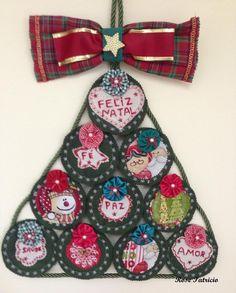 enfeite de Natal para pendurar na porta ou na parede. Confeccionado em feltro, tecidos e fuxicos.