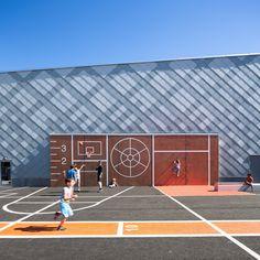 Construído na 2015 na Sollentuna, Suécia. Imagens do Thomas Zaar. . White Arkitekterprojetou um pavilhão desportivo em grande escala para escolas e clubes em Rotebro,Sollentuna, Suécia. O edifício de 20 x 40 metros...