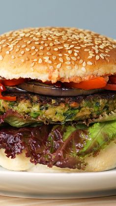Hambúrguer Vegetariano Did you know that vegetarian burgers can be made with oatmeal? Vegetarian Recipes Videos, Veggie Recipes, Gourmet Recipes, Cooking Recipes, Healthy Recipes, Veggie Food, Food Porn, Falafels, Good Food