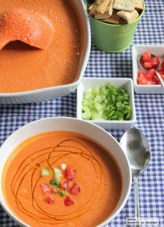 Receta tradicional de gazpacho andaluz. Receta con fotos paso a paso de elaboración y presentación del gazpacho andaluz. Trucos y consejos para h...