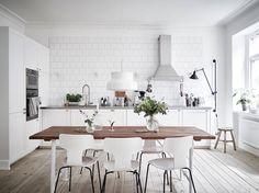 30 вдохновляющих примеров современных кухонь, выполненных в белом цвете, а также: преимущества белого цвета, советы по оформлению...