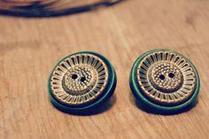 Retrouvez cet article dans ma boutique Etsy https://www.etsy.com/ca-fr/listing/260933416/boutons-vintage-boucles-doreilles-faites