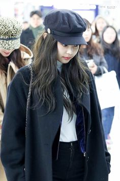 Your source of news on YG's current biggest girl group, BLACKPINK! Please do not edit or remove the. Blackpink Fashion, Korean Fashion, Winter Fashion, Fashion Outfits, Blackpink Jennie, White Turtle Neck Top, Kpop Mode, Black Pink, Outfit Invierno
