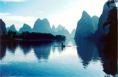 Der Fluss Li entspringt am Katzen-Berg im Bezirk Xing'an und fließt dann über 437 km entlang von Guilin, Yangshou, Pingle und Wuzhou in den West-Fluss. Zwischen Guilin und Yangshou schlängelt sich der Li wie ein Jadeband durch sanfte Hügel und spektakuläre Landschaften mit schroffen Gipfeln und merkwürdig geformten Felsen, die sich im Wasser spiegeln.