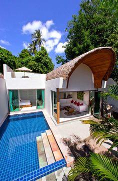 Moderne architecture pour cette maison dont la chambre et le séjour donnent sur la piscine