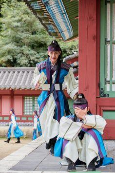 Taehyung and Seo Joon! Hansung and Sun Woo in Hwarang! Park Hyung Sik, Kdrama, Billboard Music Awards, V Hwarang, Kpop, Hwarang Taehyung, Go Ara, Bts Kim, V Bts Hwarang